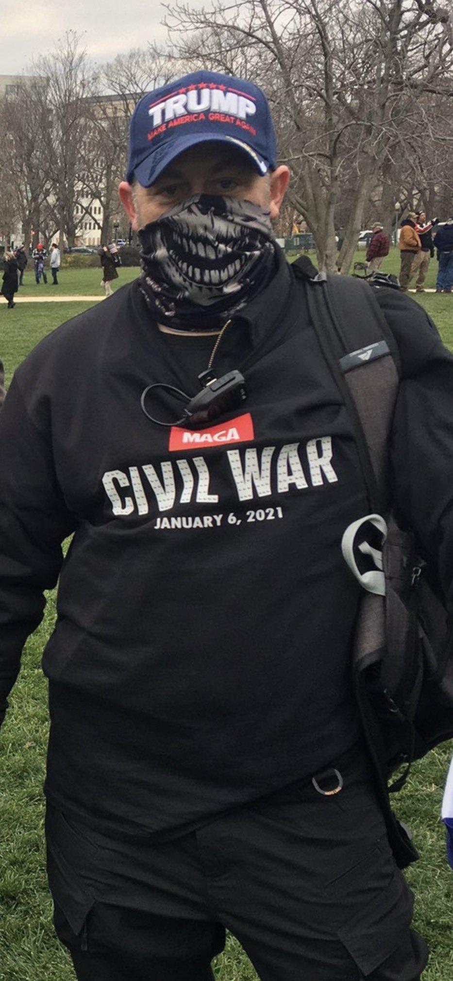 """Trump-Anhänger mit einem Pullover """"Civil War January 6, 2021"""""""